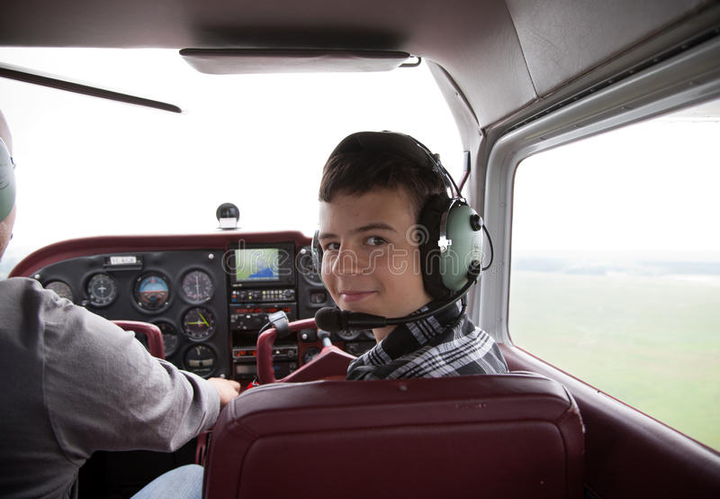 Jongen fliyng in de vliegtuigcabine royalty-vrije stock afbeeldingen