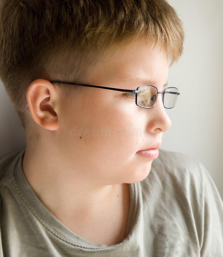 Jongen in glazen stock foto