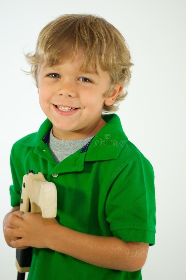 Jongen in Groen Overhemd met Stuk speelgoed royalty-vrije stock foto