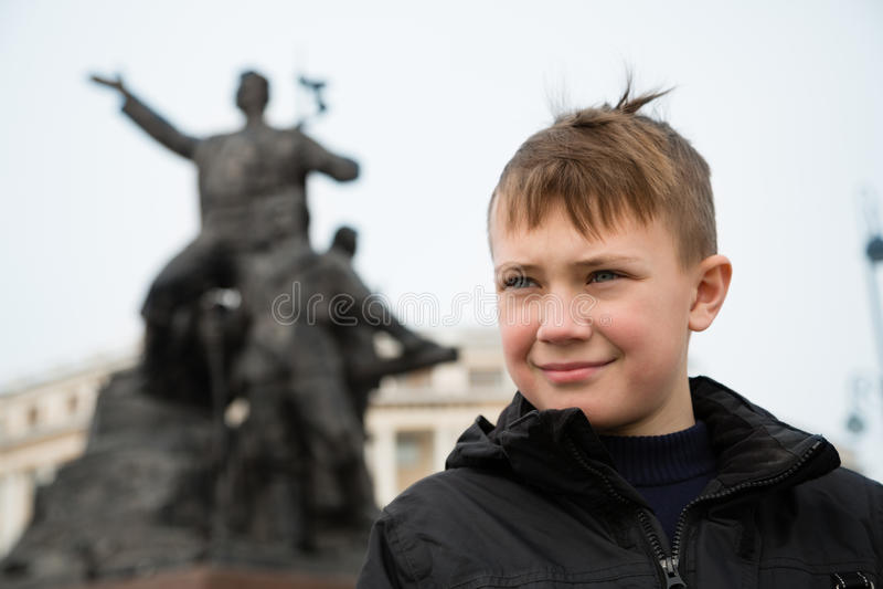 Jongen in het centrum van Vladivostok in de lente stock afbeelding