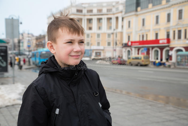 Jongen in het centrum van Vladivostok in de lente royalty-vrije stock fotografie