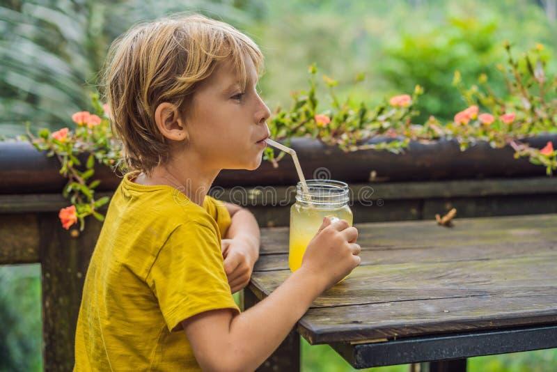 Jongen het drinken sap in een koffie Wat met kinderen te doen Kind vriendschappelijke plaats stock foto's