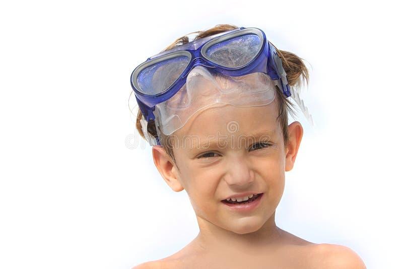 Jongen in het duiken masker dat over wit wordt geïsoleerdg royalty-vrije stock afbeelding