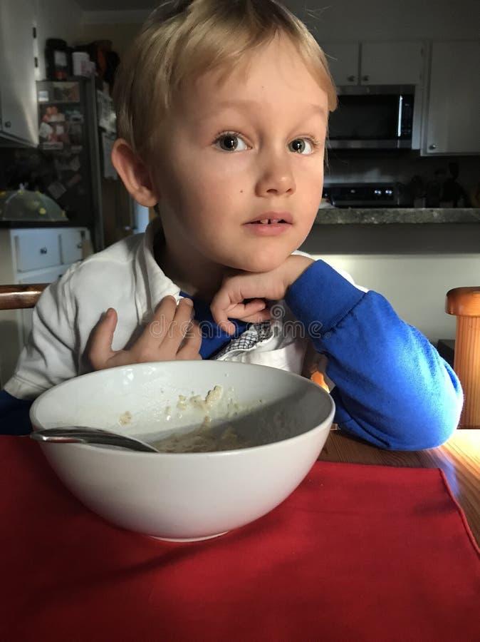 Jongen het eten royalty-vrije stock afbeeldingen