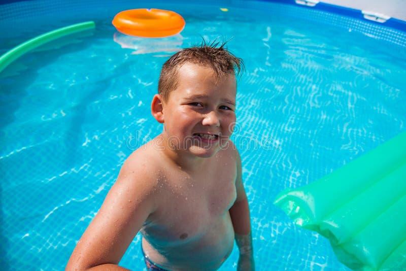 Jongen in het hebben van pret in het zwembad royalty-vrije stock foto