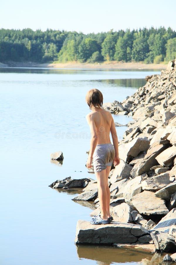 Jongen het letten op meer stock fotografie