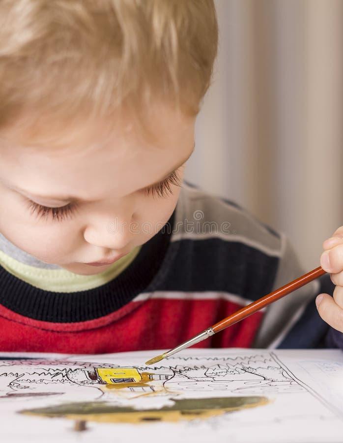Jongen het schilderen royalty-vrije stock foto