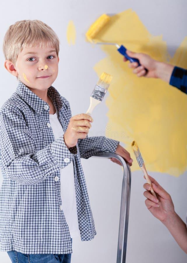Jongen het schilderen muur stock foto's