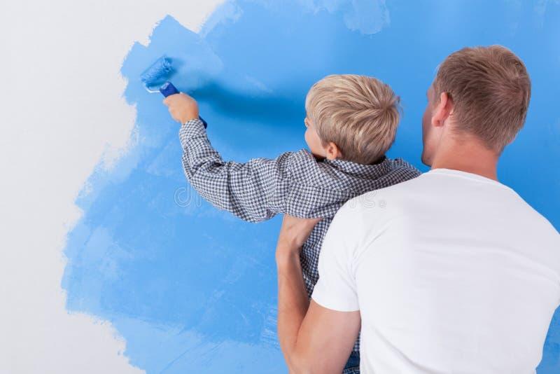 Jongen het schilderen muur royalty-vrije stock foto's