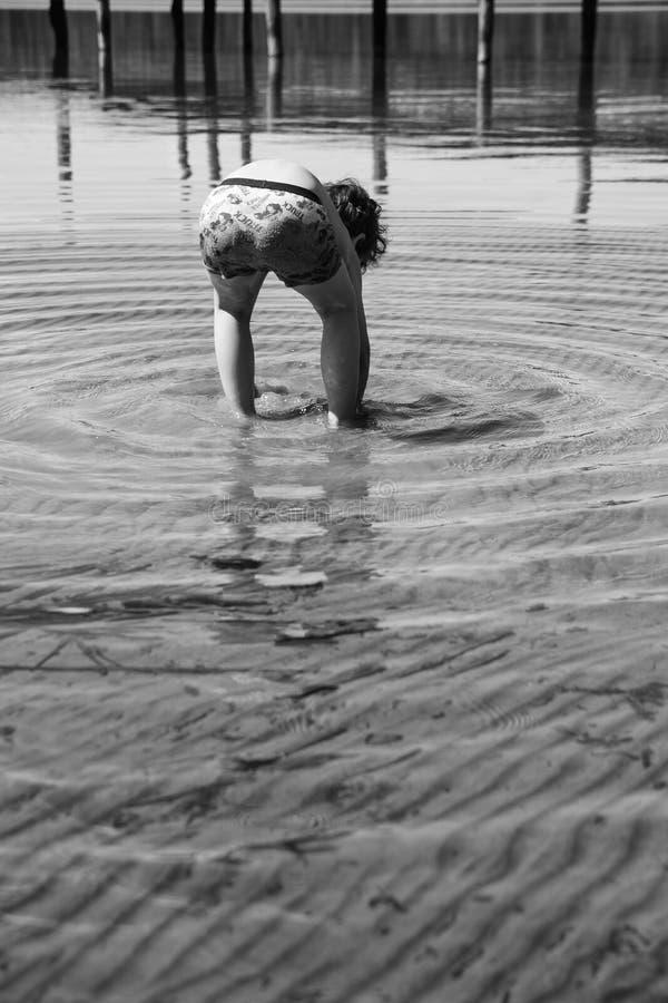 Download Jongen Het Spelen In Het Water Stock Foto - Afbeelding bestaande uit activiteit, leer: 54087788
