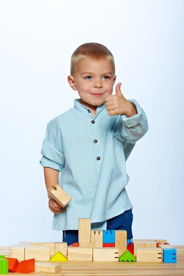 Jongen het spelen met blokken stock afbeelding