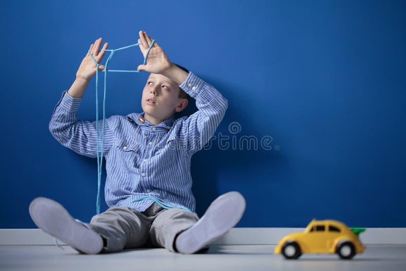 Jongen het spelen met een kabel royalty-vrije stock foto