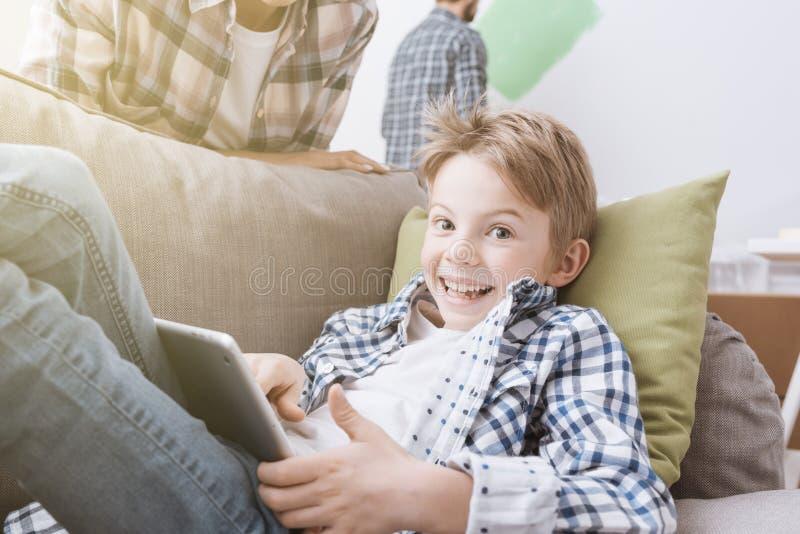 Jongen het spelen met een tablet stock afbeeldingen