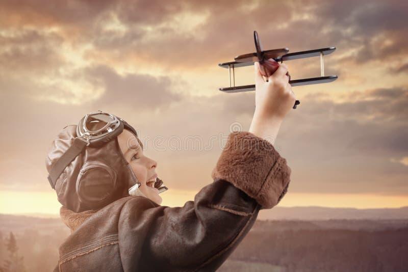 Jongen het spelen met houten stuk speelgoed vliegtuig royalty-vrije stock foto