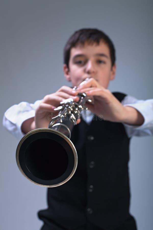 Jongen het spelen op de klarinet royalty-vrije stock foto