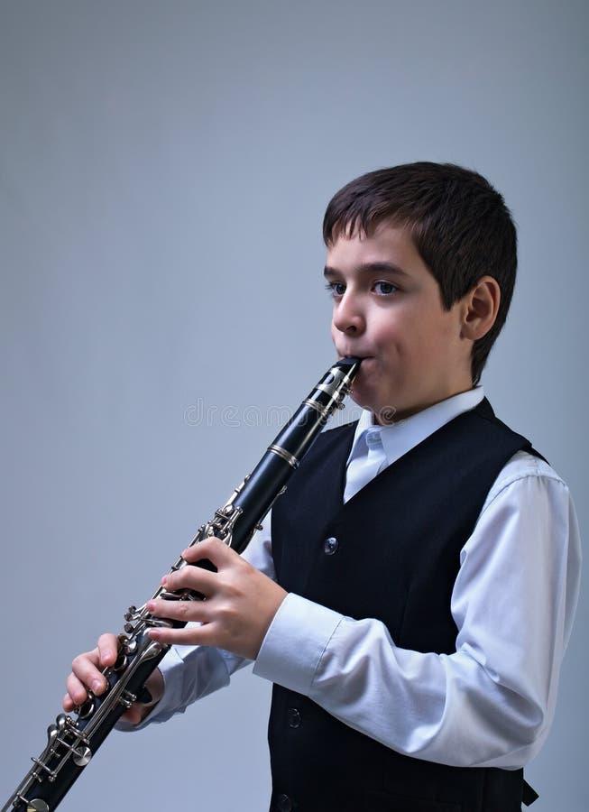 Jongen het spelen op de klarinet royalty-vrije stock foto's