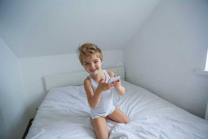 Jongen het spelen op elektronische gadgettablet in zijn slaapkamer Sociaal probleem van mededeling van kinderen in de moderne wer royalty-vrije stock afbeeldingen