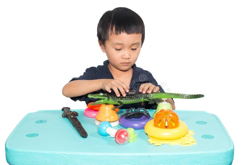 Jongen het spelen stuk speelgoed royalty-vrije stock afbeeldingen