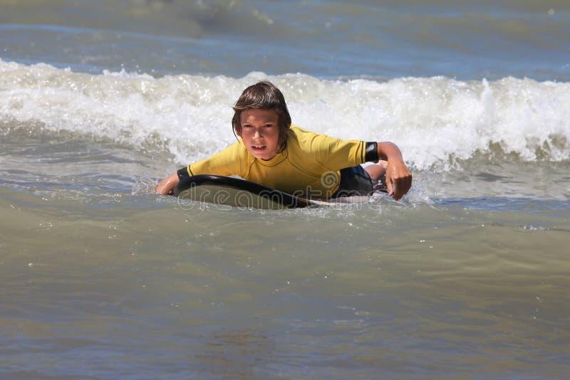 Jongen het surfen royalty-vrije stock foto