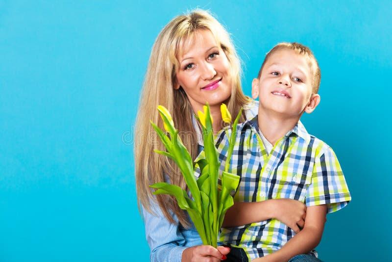 Jongen het vieren de dag van de moeder royalty-vrije stock afbeeldingen