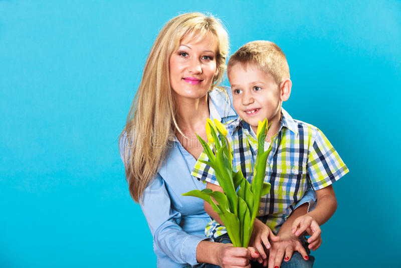 Jongen het vieren de dag van de moeder stock afbeelding