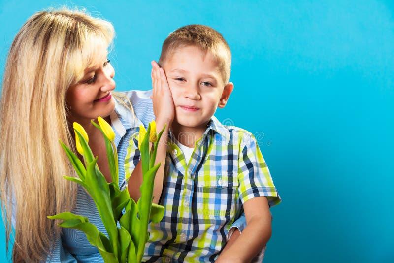 Jongen het vieren de dag van de moeder royalty-vrije stock fotografie