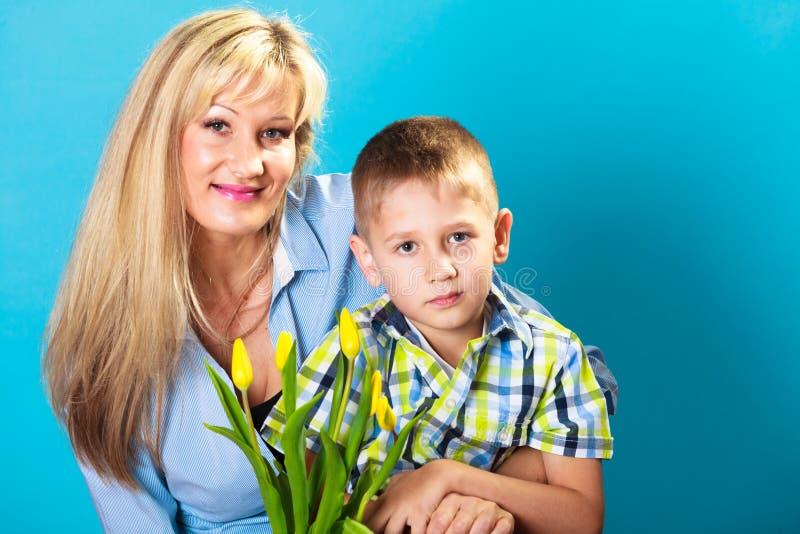 Jongen het vieren de dag van de moeder stock fotografie
