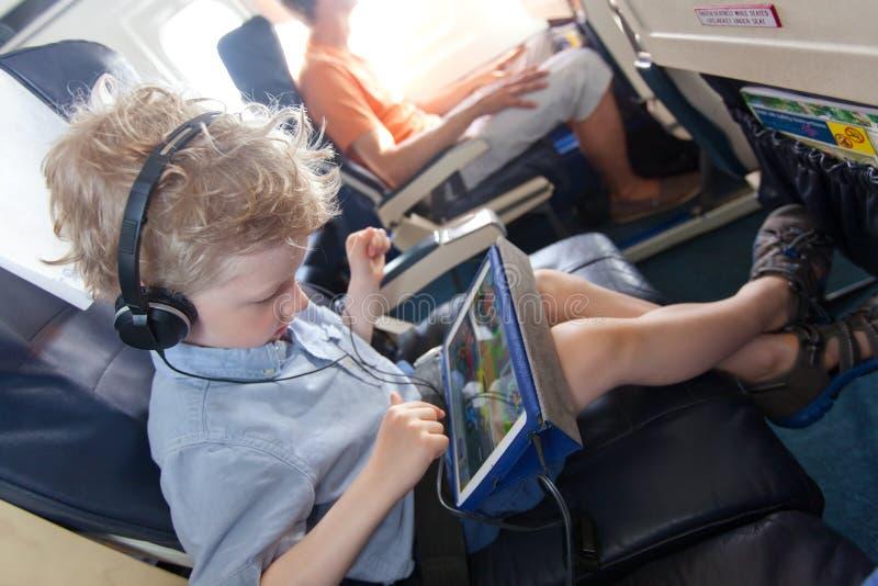 Jongen in het vliegtuig stock afbeeldingen