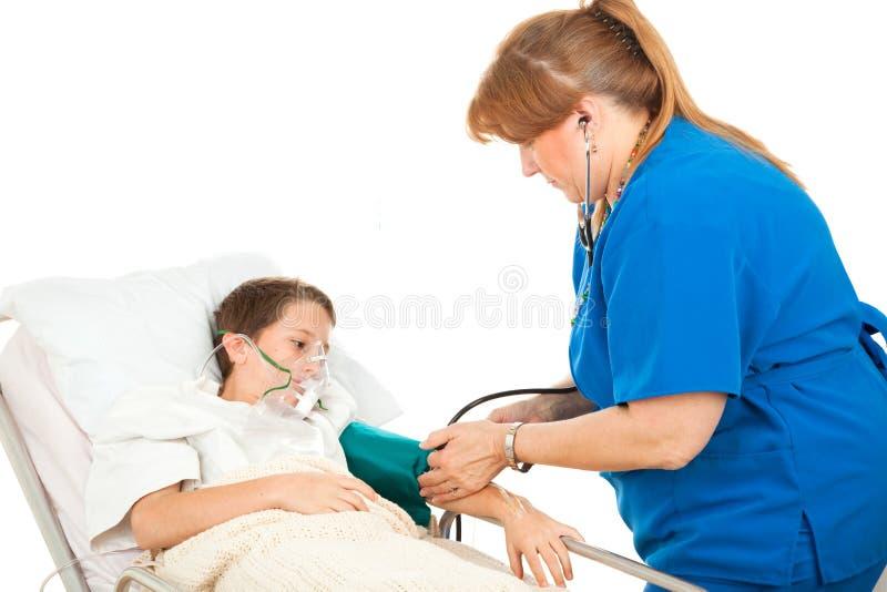Jongen in het Ziekenhuis - Bloeddruk royalty-vrije stock afbeeldingen