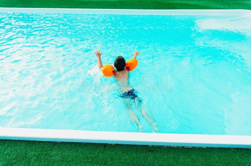 Jongen het Zwemmen stock afbeelding