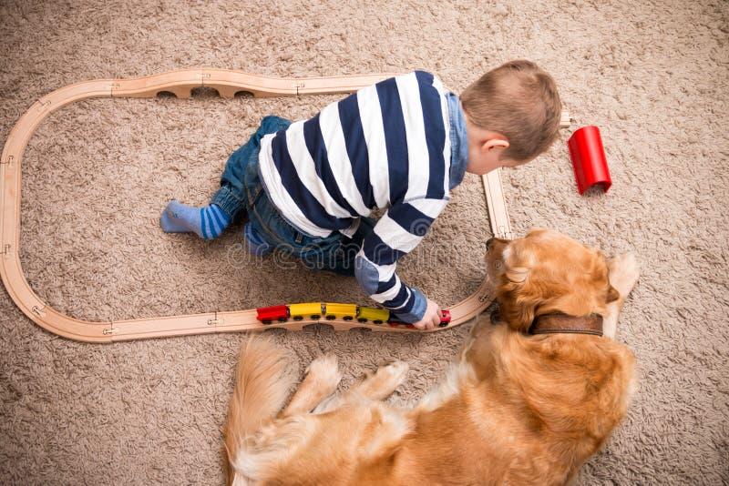 Jongen, hond, trein stock afbeelding