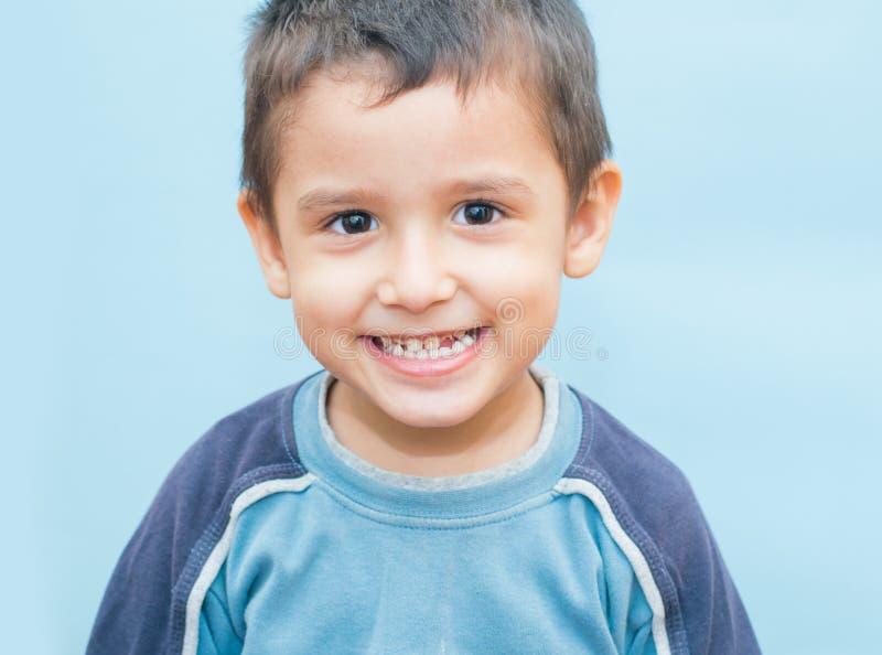 Jongen 3 jaar kronkelende gezichten royalty-vrije stock foto's