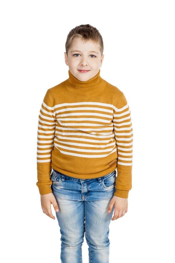 Jongen in jeans en gestreepte sweater op een witte achtergrond royalty-vrije stock foto