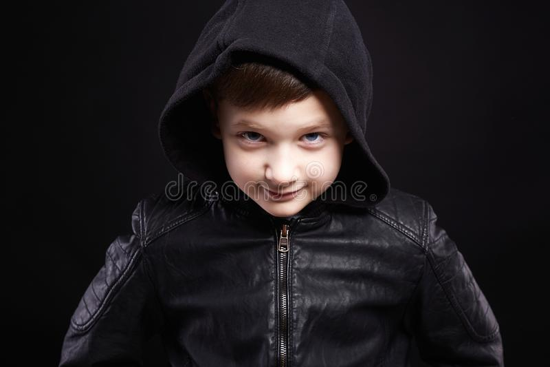 jongen in Kap het glimlachen van jong geitje in leerlaag en hoodie stock afbeeldingen
