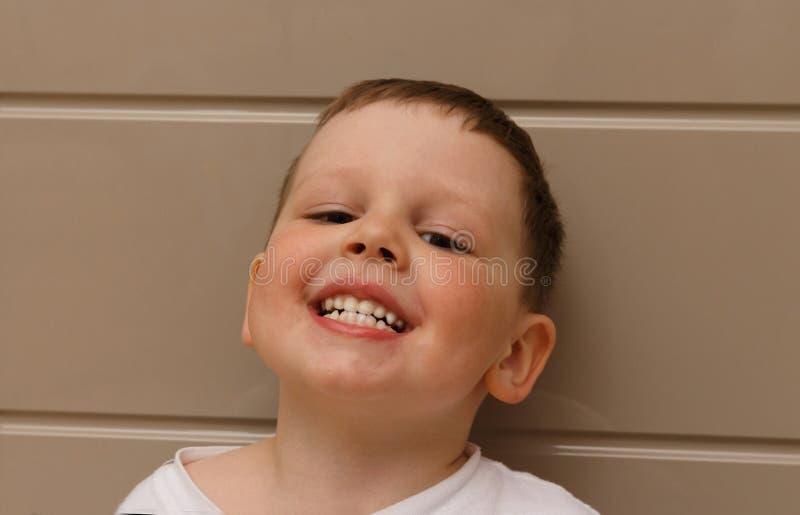 Jongen, kind, in een witte T-shirt geopend zijn mond op onderzoek met een arts een tandarts of een otolaryngoloog bevestigt beet  stock fotografie