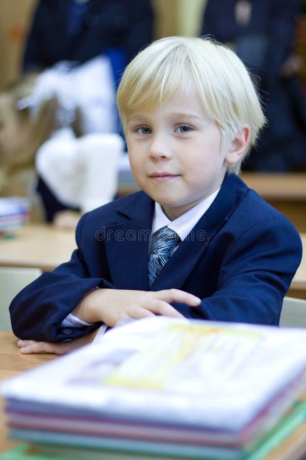 Jongen in klaslokaal dat - lage school heeft stock afbeelding
