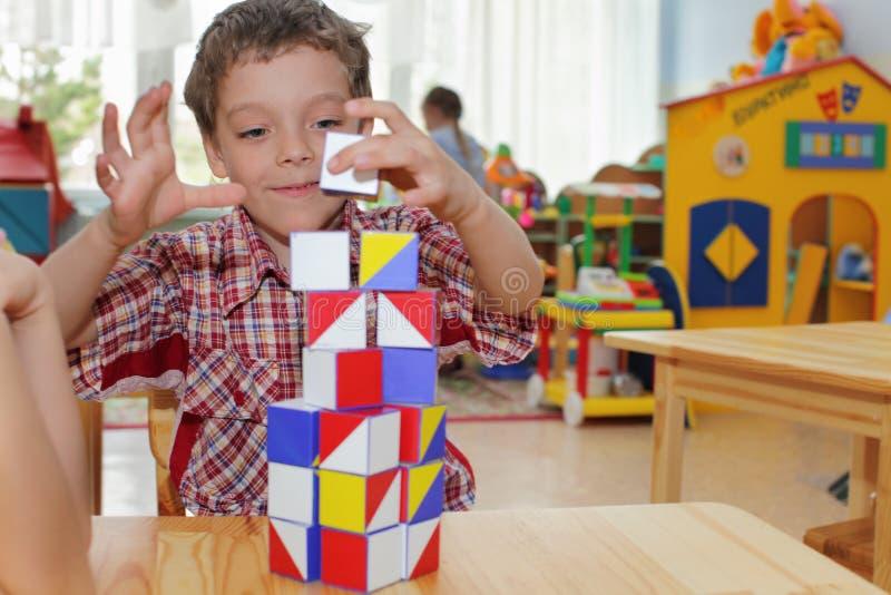 Jongen in kleuterschool stock afbeeldingen