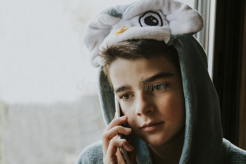 Jongen in kostuum op telefoon royalty-vrije stock foto