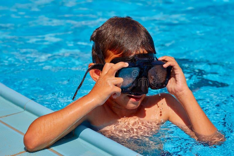 Jongen in masker die in pool zwemmen royalty-vrije stock foto's