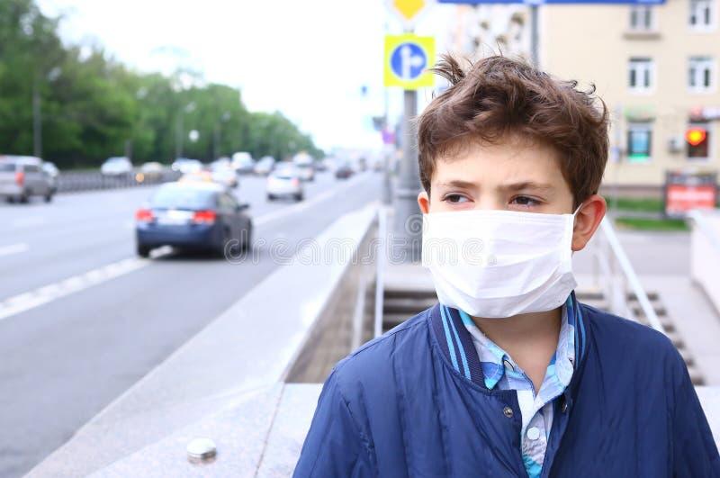 Jongen in masker op de stedelijke achtergrond stock afbeeldingen