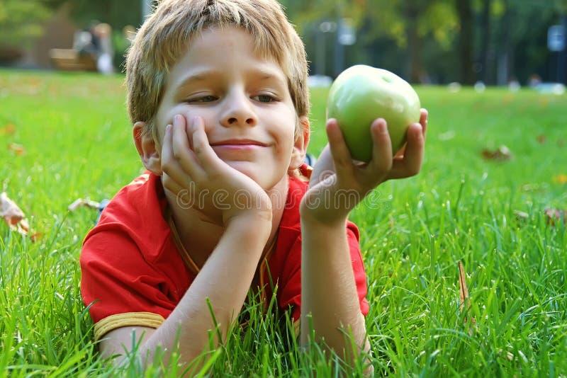 Jongen met appel stock fotografie