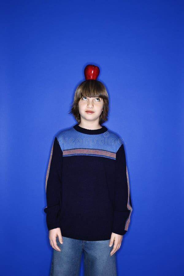 Jongen met appel op hoofd. royalty-vrije stock foto