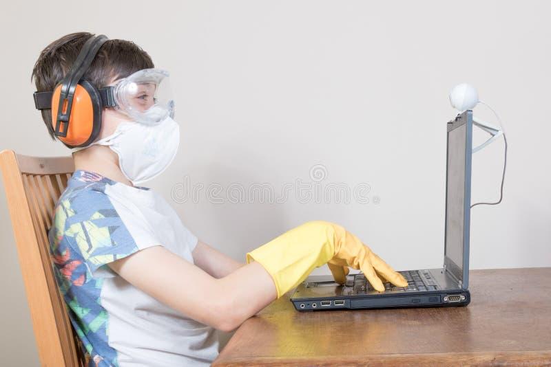 Jongen met bescherming voor het surfen van het Web stock foto