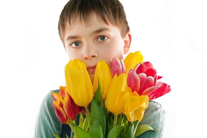 Jongen met bloemen stock foto's