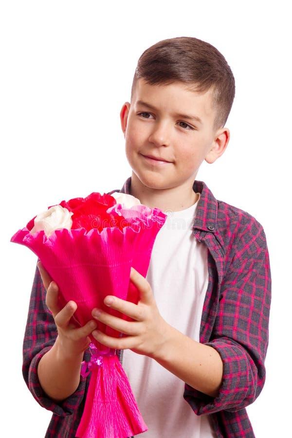 Jongen met boeket van rozen stock afbeelding