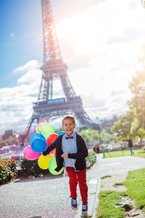 Jongen met bos van kleurrijke ballons in Parijs dichtbij de toren van Eiffel royalty-vrije stock fotografie