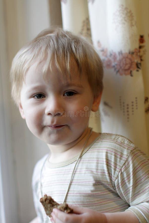 Jongen met brood stock fotografie