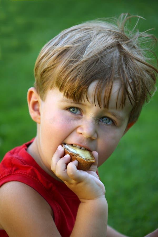 Jongen met brood royalty-vrije stock foto's