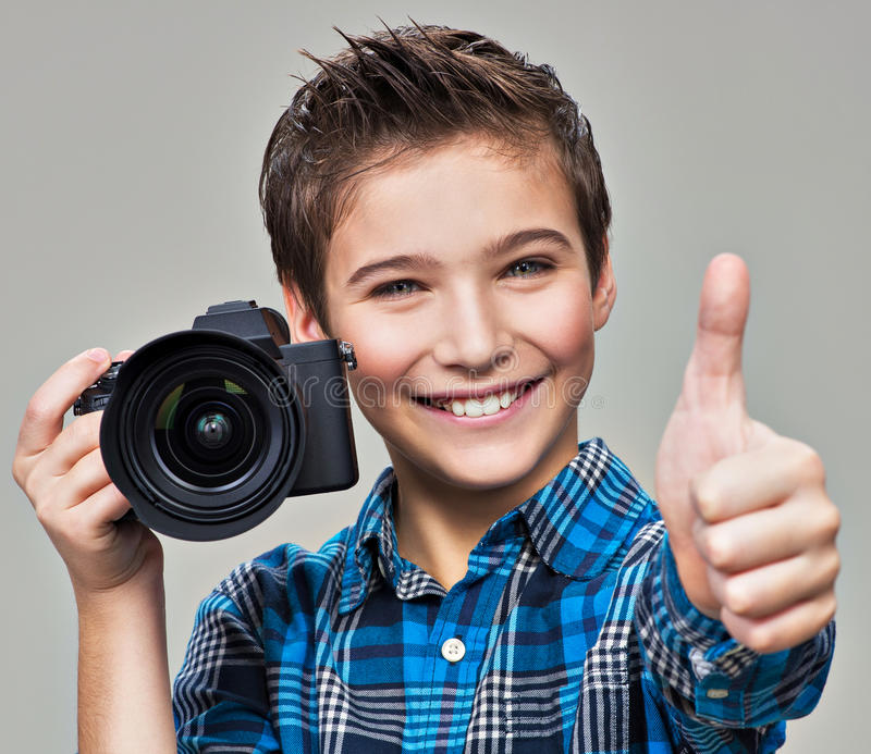 Jongen met camera die beelden nemen royalty-vrije stock afbeeldingen
