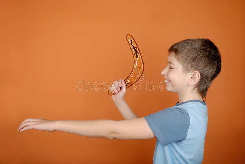 Jongen met een boemerang royalty-vrije stock afbeelding